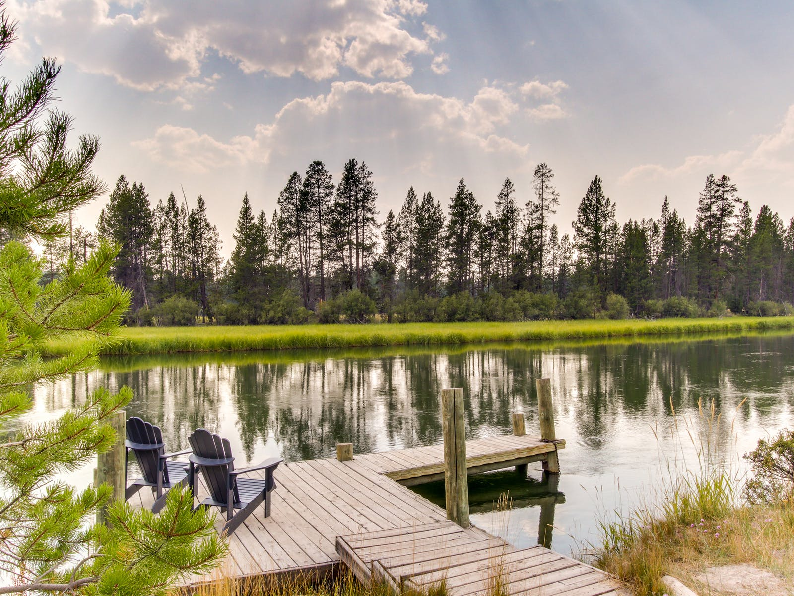 Riverfront vacation rental with dock in Sunriver, OR