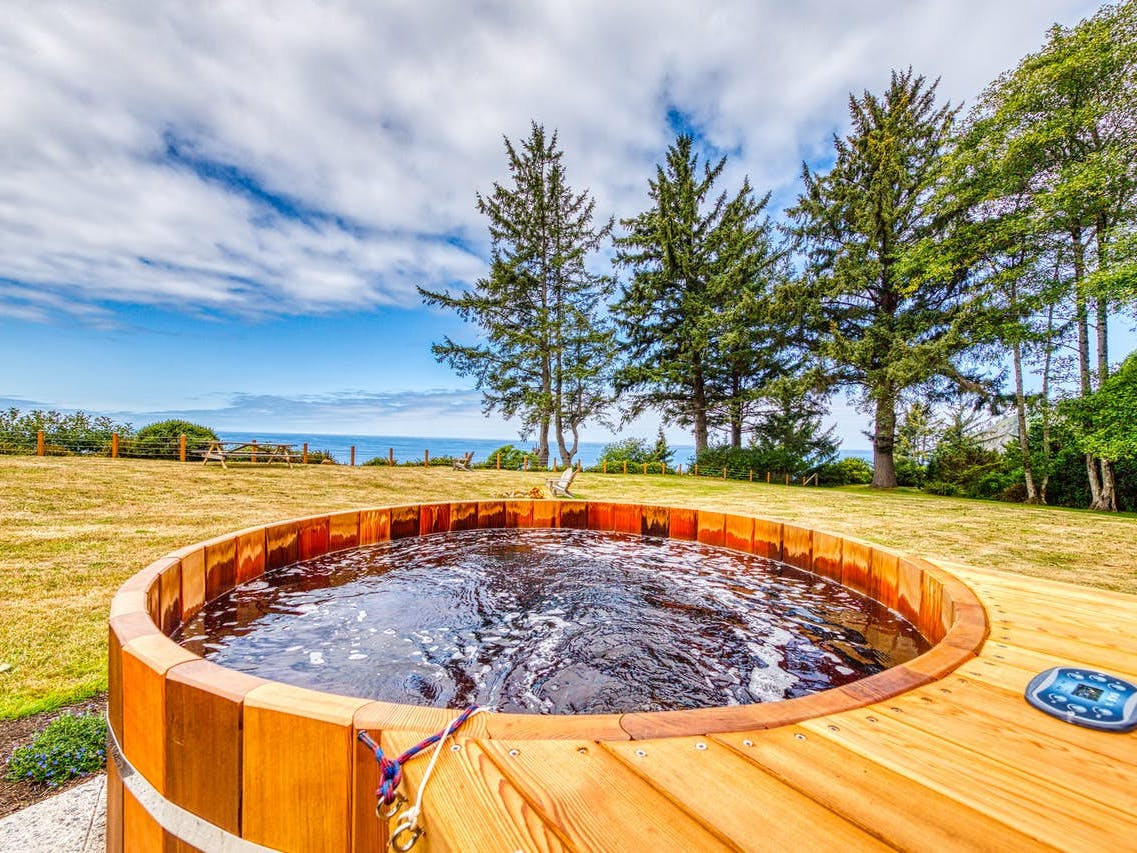 oregon coast vacation rental with oceanfront hot tub
