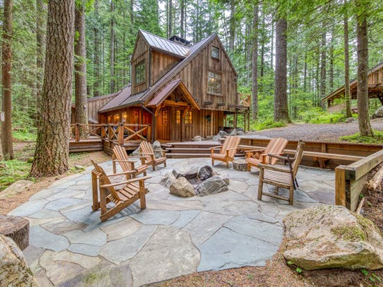 forest cabin in Leavenworth, WA with outdoor firepit