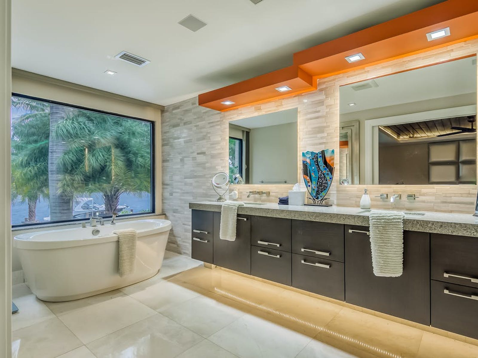 free-standing jetted tub with palm tree views