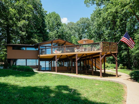 Two-story vacation home in Lake Anna, Virginia with large upper deck