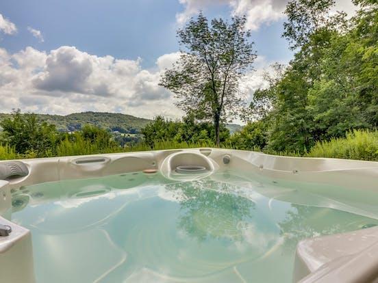 deep creek lake cabin rental with outdoor hot tub