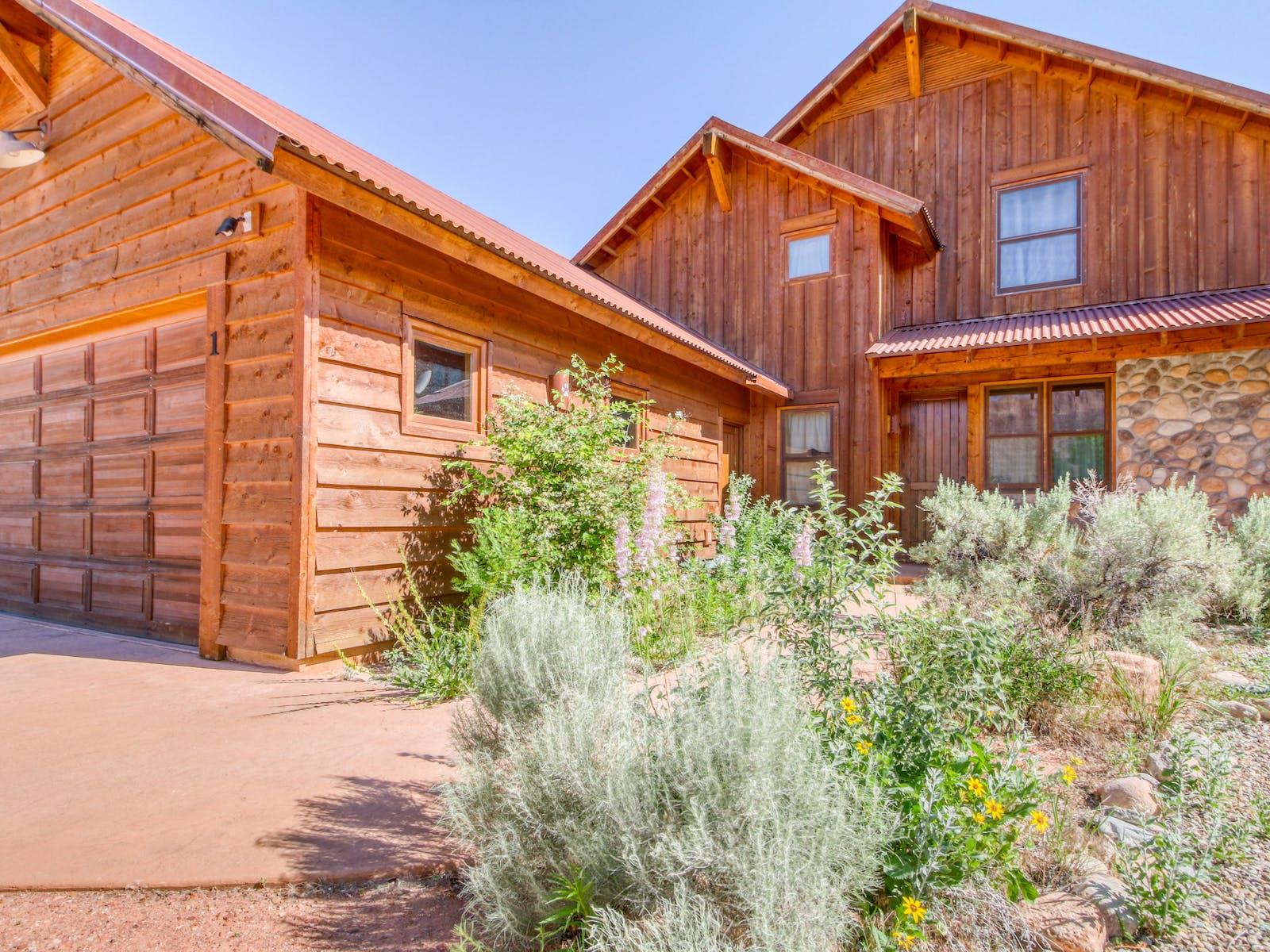 beautiful wood vacation home in moab utah