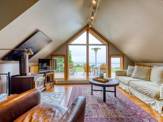 light and airy intimate studio with big windows to take in the horizon of Neahkannie, OR
