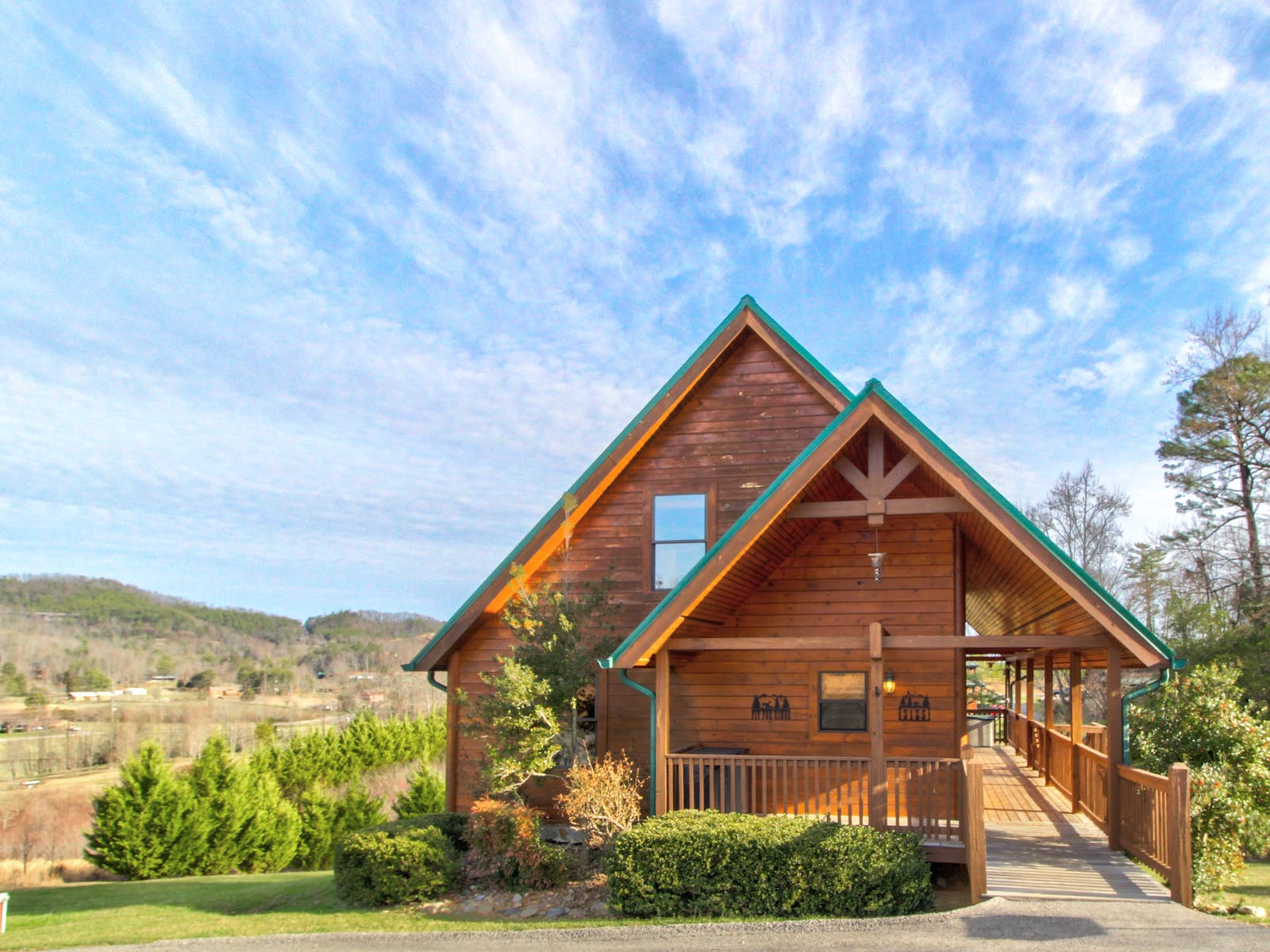 Sevierville, TN cabin with large deck