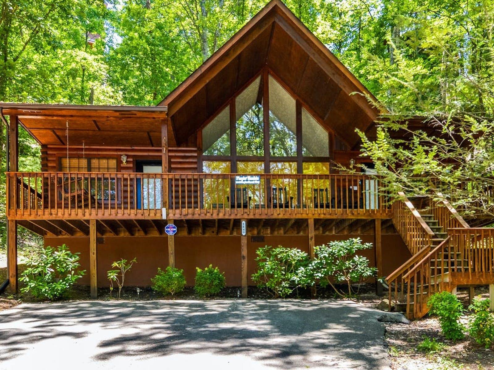 cabin rental with large deck with porch swing and high ceilings in pigeon forge, tn