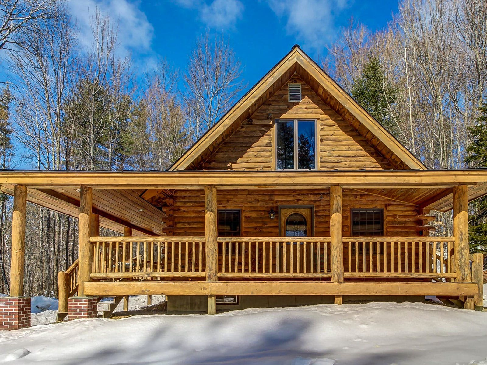 A cabin with a wraparound porch in Stowe, Vermont