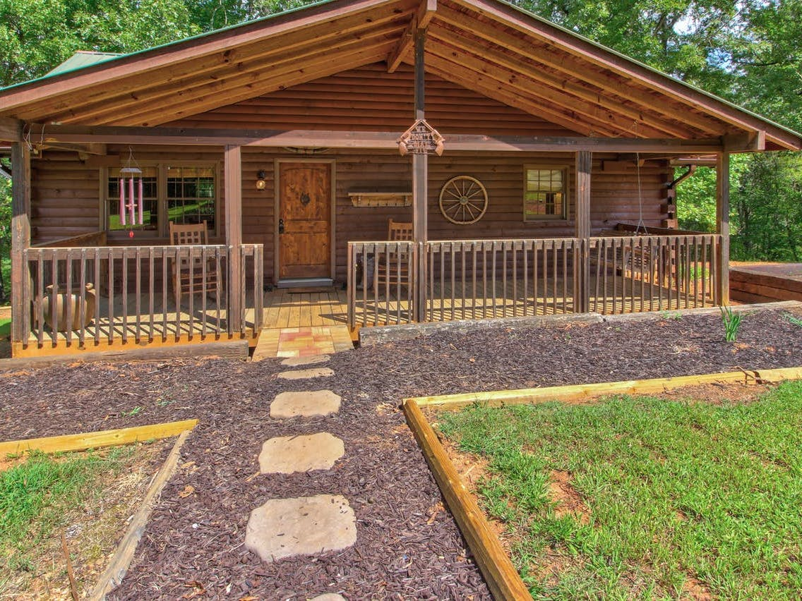 Charming Blue Ridge Mountains vacation rental with large front porch and dog-friendly yard