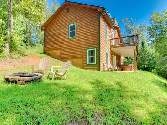 Large, dog-friendly vacation rental with outdoor firepit and a huge yard located in the Blue Ridge Mountains