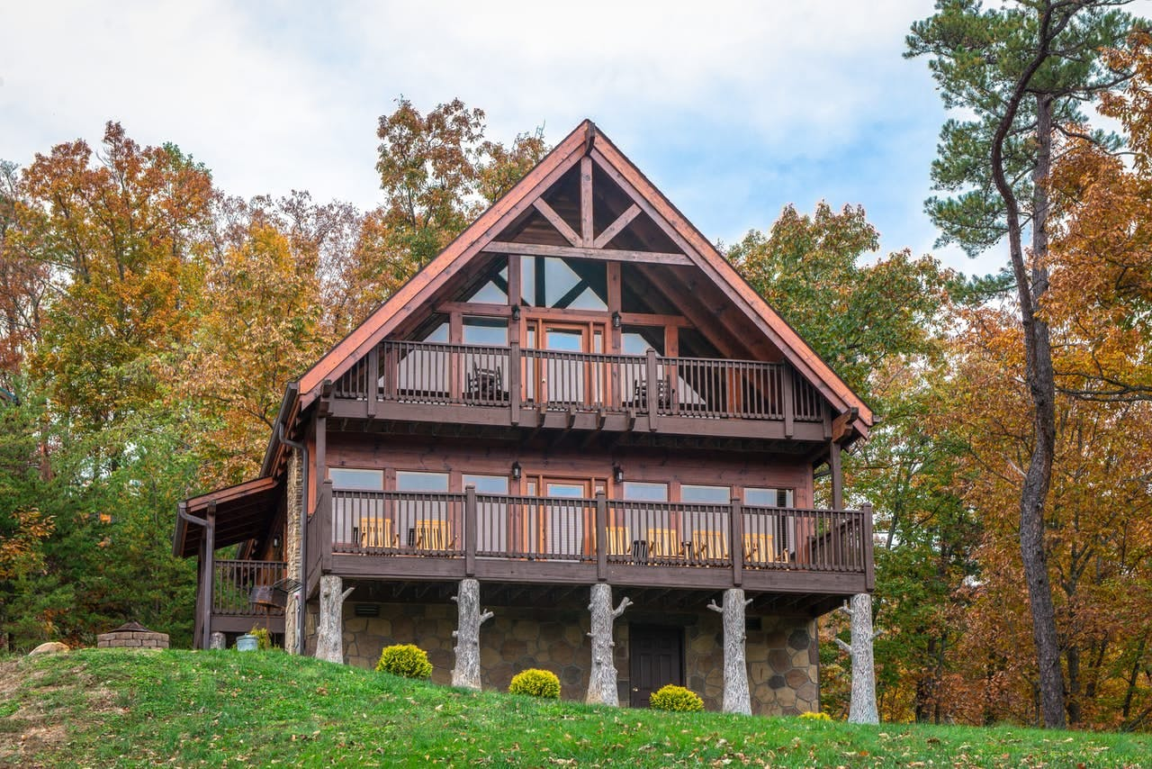 Blue Ridge Mountains cabin rental with two furnished decks located in Sevierville, TN