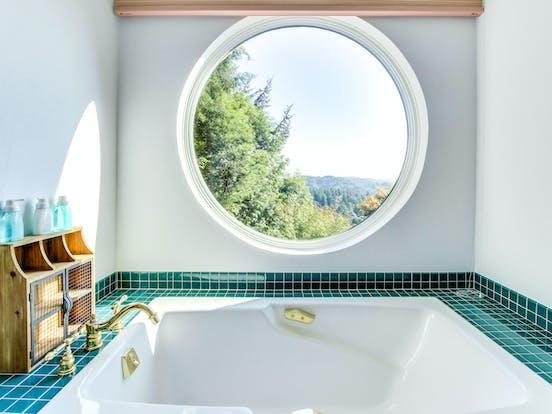 Luxury bathroom of Coos Bay vacation rental