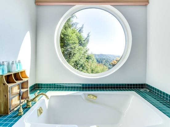 Luxury bathroom of Coos Bay vacation rental