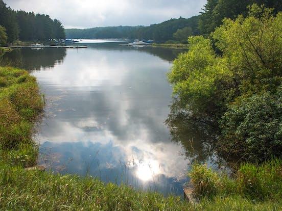 the sun reflecting off of the water on deep creek lake