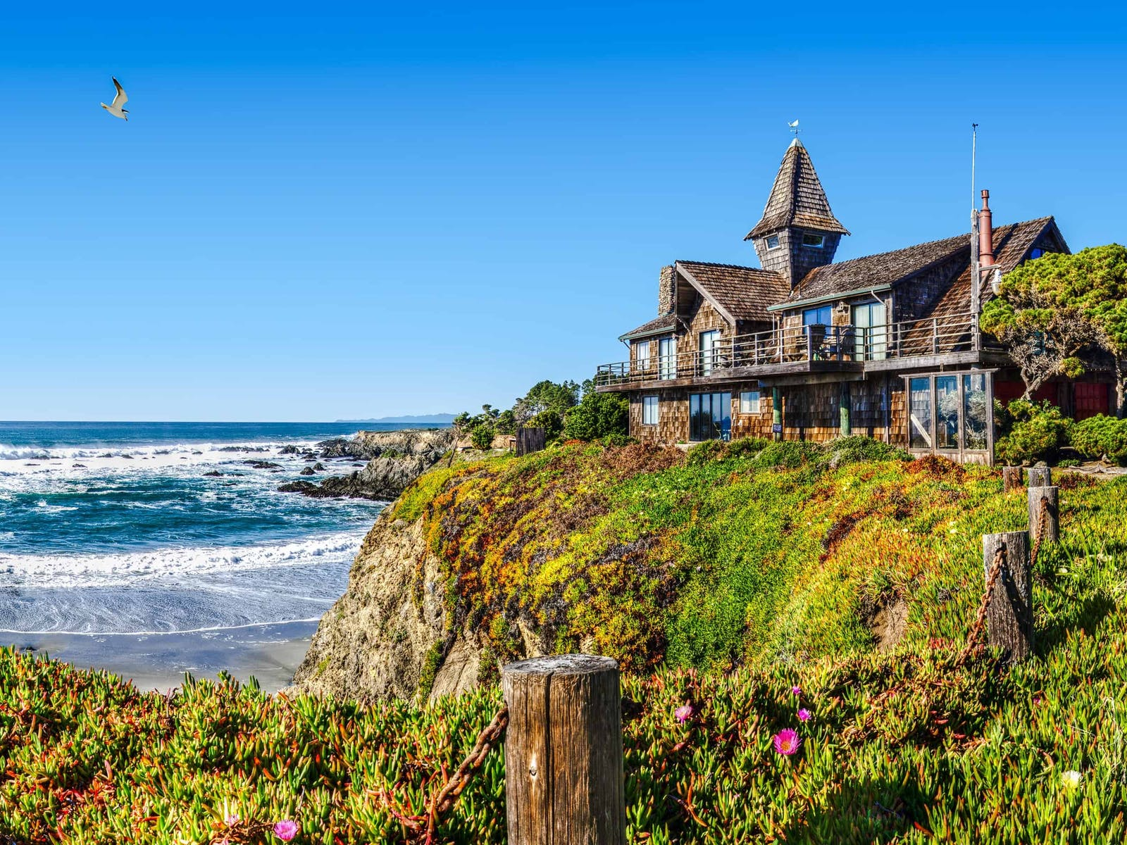 beach house overlooking the ocean on the california coast