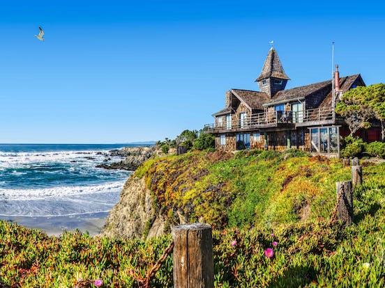 beach house overlooking the ocean on the california coast
