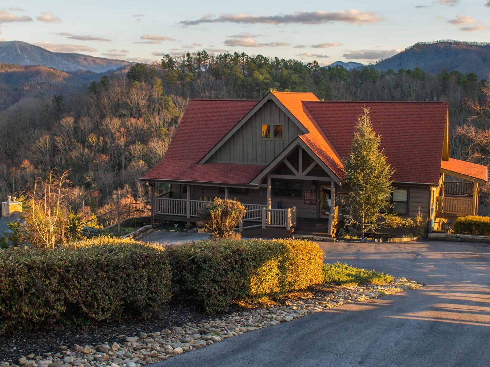 a cabin in the hills of the smoky mountains