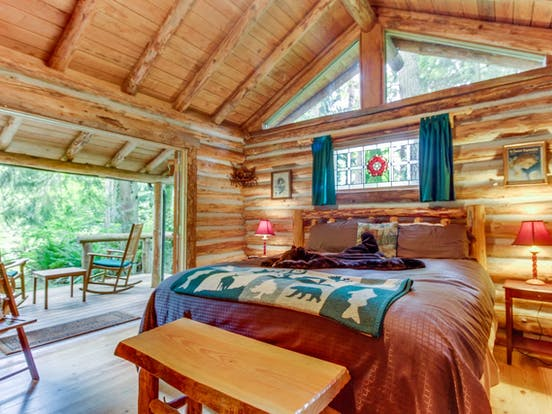 a quant log cabin located in Greenbank, WA
