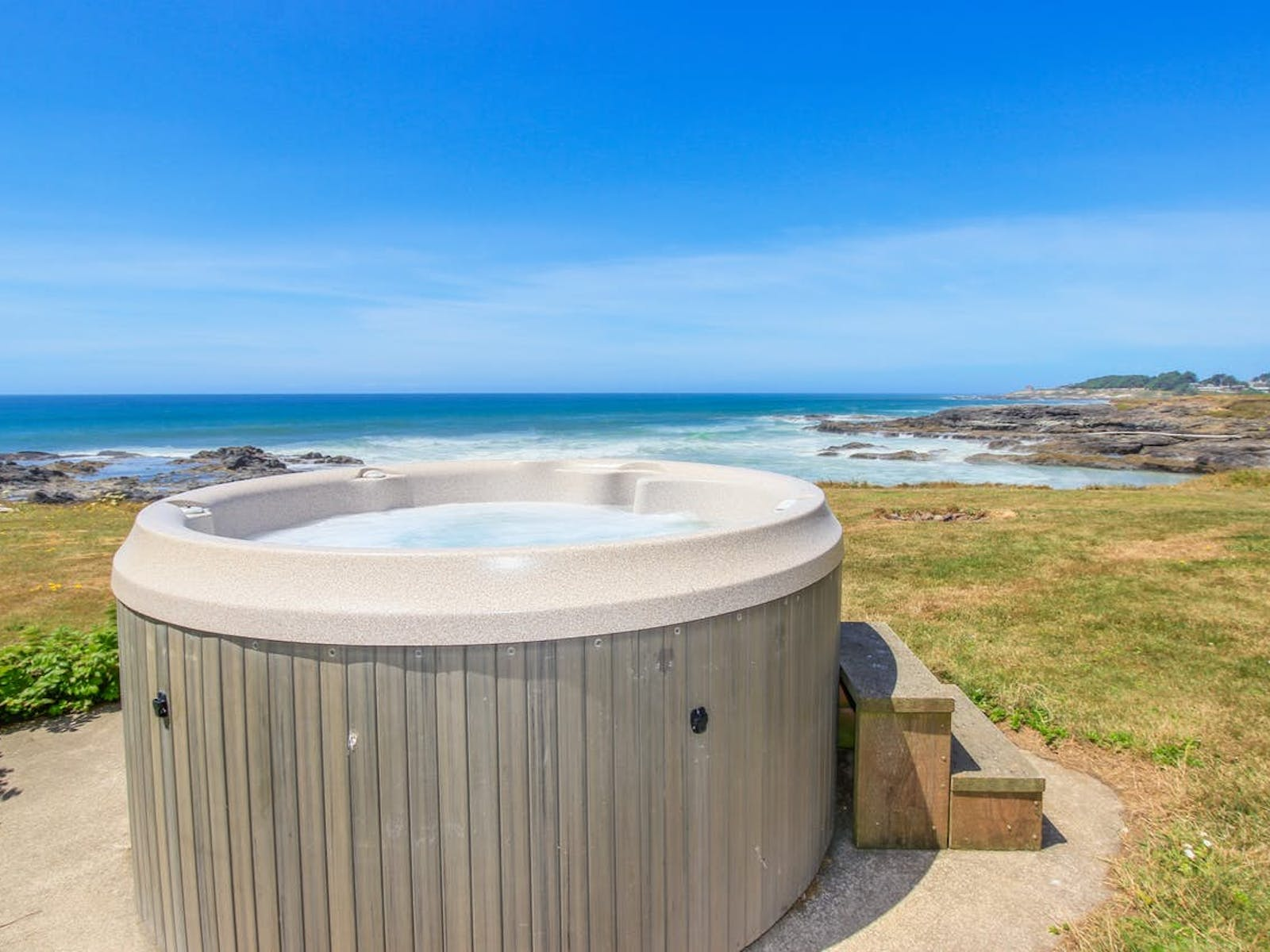 Hot tub overlooking ocean on the Oregon coast