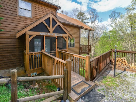 Mountain Breeze vacation cabin located in Pigeon Forge, TN