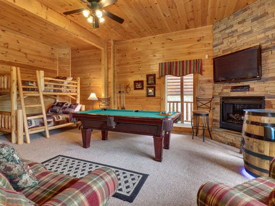 Sevierville, TN vacation cabin with pool table, bunk beds and fireplace