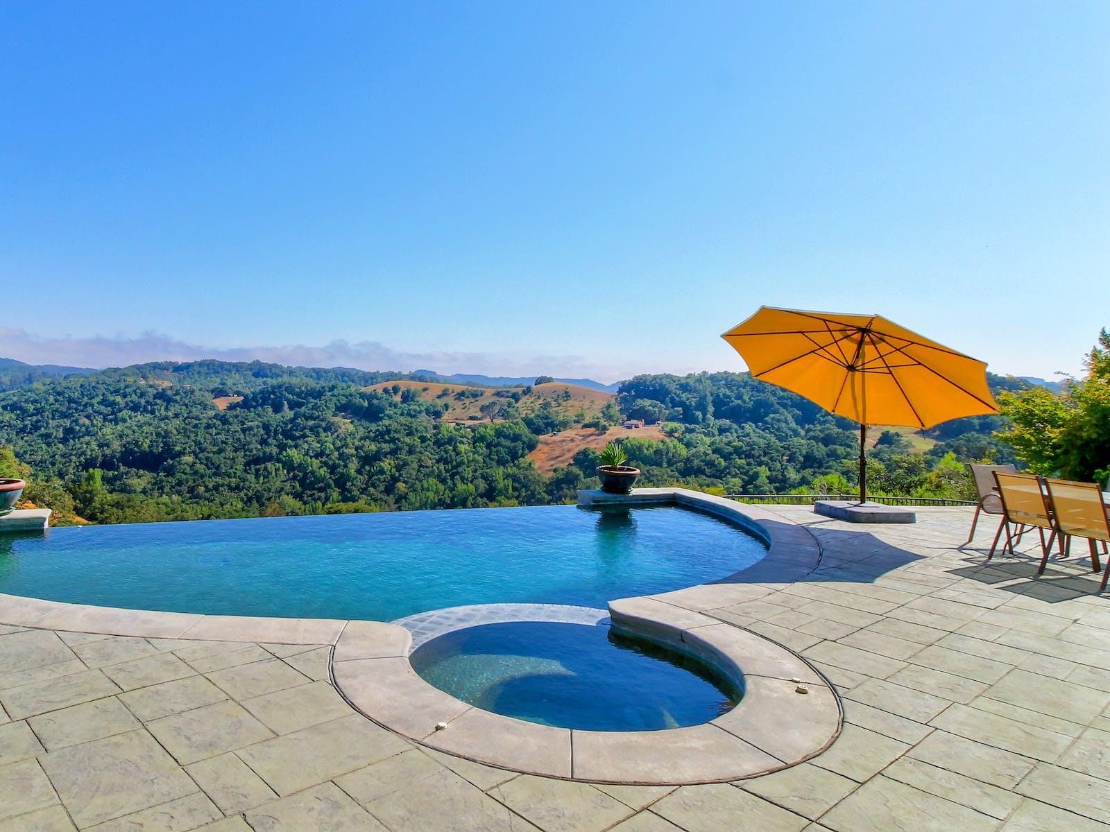 Vacation rental infinity pool in Templeton, CA