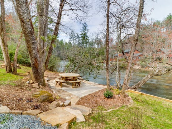 Riverfront cabin rental picnic table overlooking the river