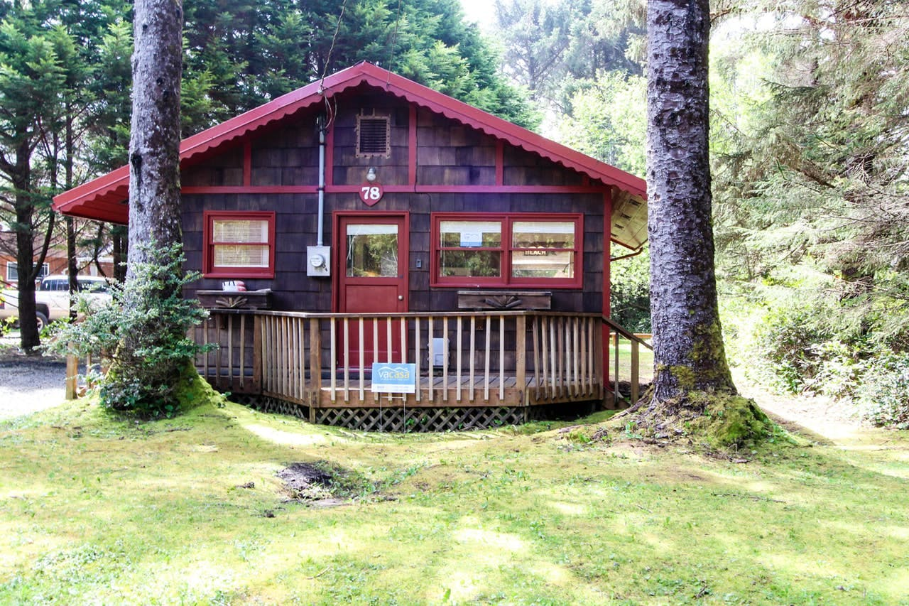 a vacation rental, Woodland Cottage by the Sea in Yachats, OR
