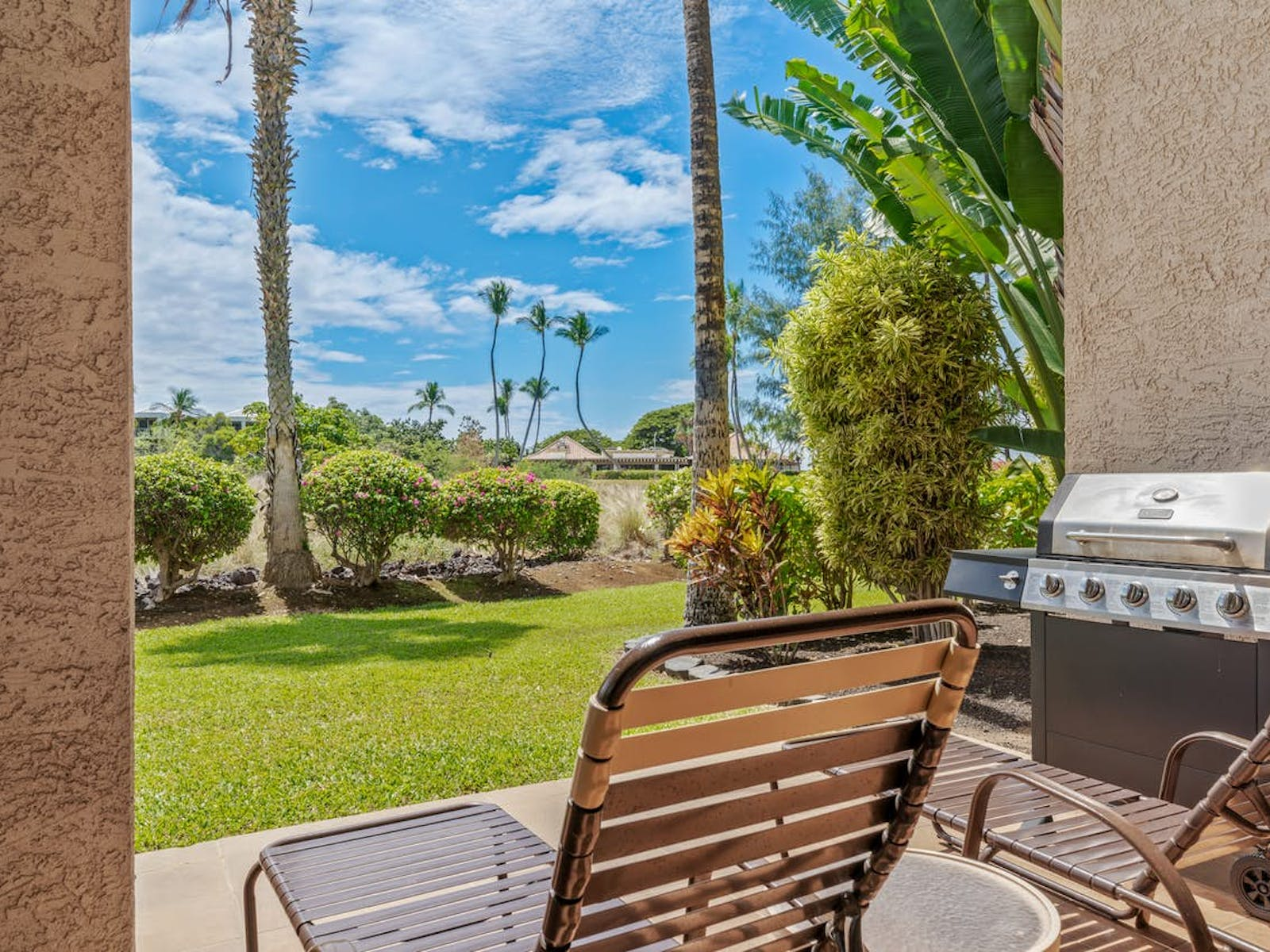 Vacation rental Patio with lounge chair near the Shores at Waikoloa resort