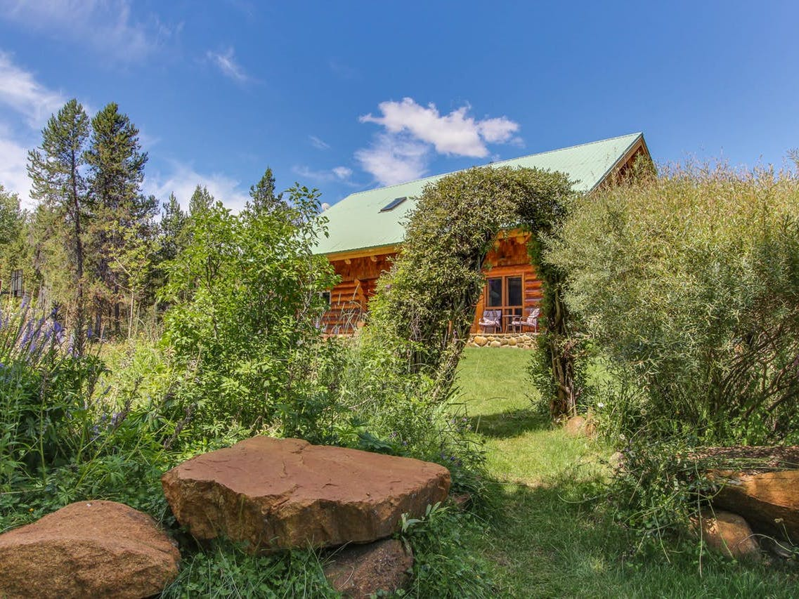 Wedding-friendly vacation cabin