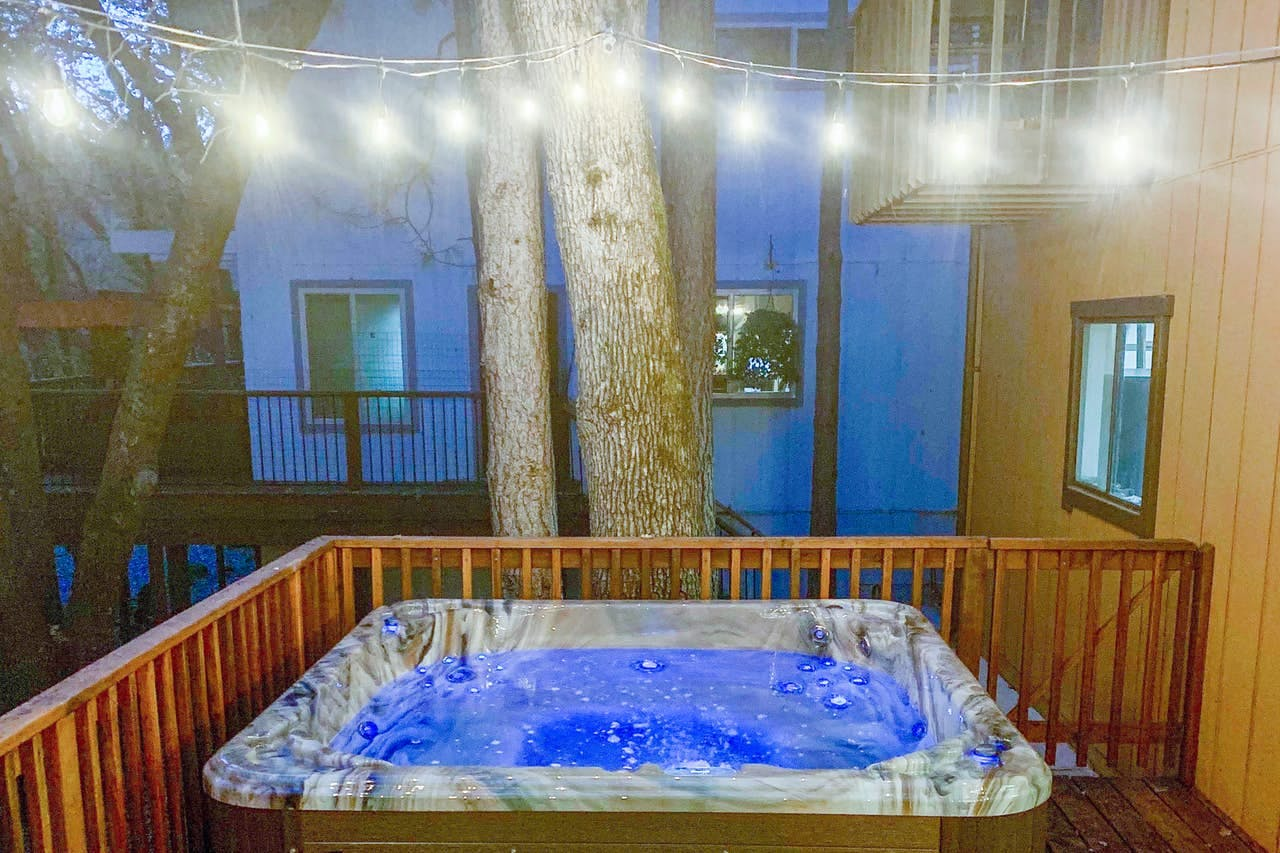 Hot tub of cabin rental located in Groveland, CA