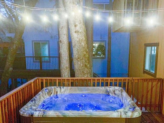 Hot tub of cabin rental located in Groveland, CA